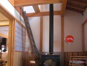 三和土と薪ストーブのある玄関ホール