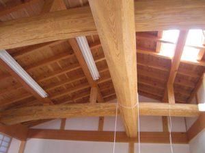 棟梁が手刻みした松丸太の梁
